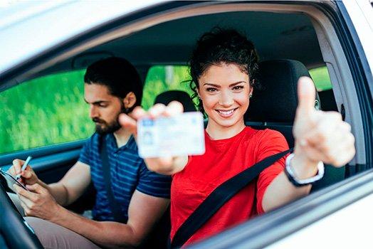 Chica feliz aprobar examen conducir